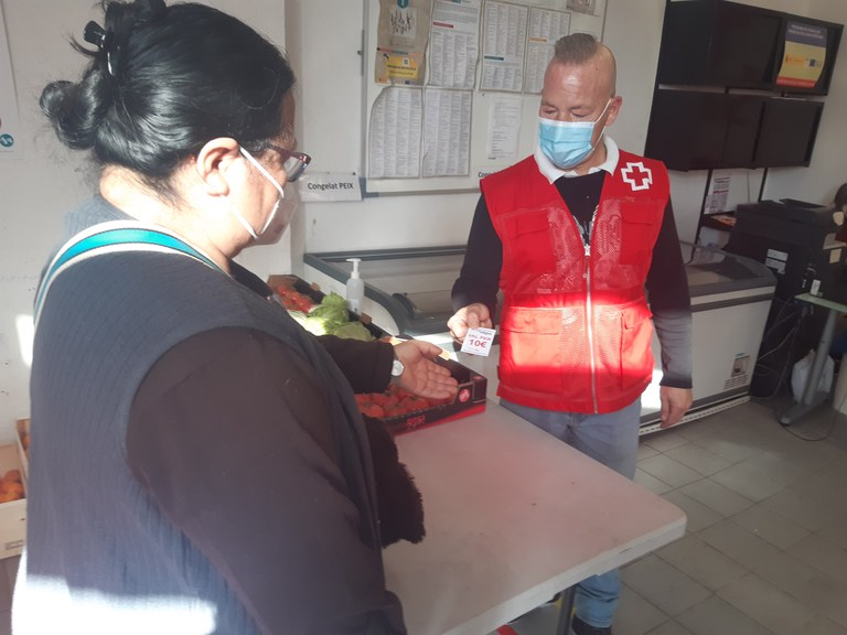 Les persones beneficiàries del Centre de Distribució d'Aliments poden bescanviar vals per producte fresc al Mercat Municipal